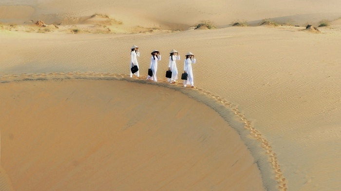 Đồi cát trắng độc đáo là địa điểm du lịch Mũi Né không thể bỏ qua